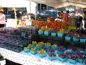 After brunch, we check out the small but perfect farmer's market just across the street from Bubby's, next to the park.